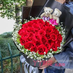 戀愛紀念日送33朵紅玫瑰外圍滿天星黃鶯2小熊