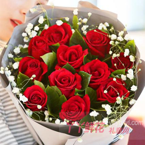 11枝紅玫瑰搭配滿天星梔子葉