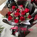 11朵红玫瑰搭配尤加利紫色满天星