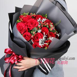 19朵红玫瑰搭配红豆银叶...