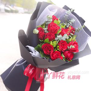 11朵红玫瑰点缀尤加利叶...