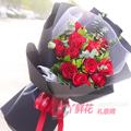 11朵红玫瑰点缀尤加利叶栀子叶