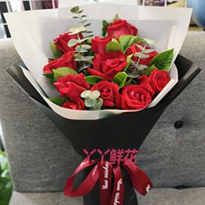 11朵红玫瑰搭配栀子叶尤...