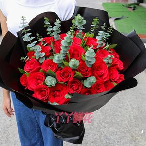33朵红玫瑰搭配尤加利