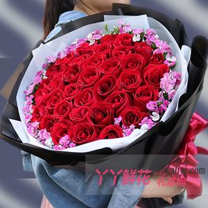 情人节送女朋友33朵红玫瑰环绕相思梅