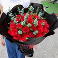 33朵紅玫瑰搭配尤加利