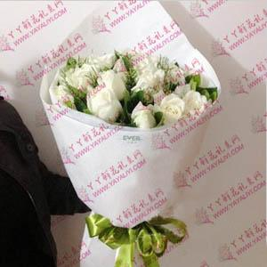 18枝白玫瑰時尚花束