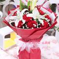 11朵紅色康乃馨2枝多頭白百合滿天星綠葉間插