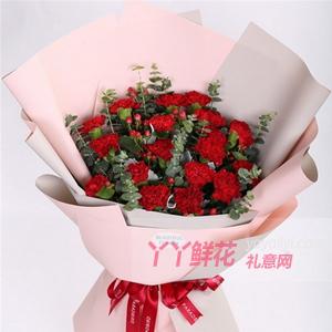 媽媽過生日送19朵紅色康乃馨搭配紅豆尤加利葉