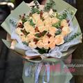 33朵香槟玫瑰搭配红豆尤加利叶