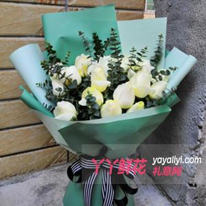 对才认识又心仪的女孩子送19朵白玫瑰点缀尤加利
