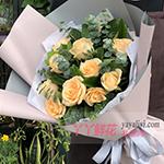 11枝香槟玫瑰搭配尤加利叶栀子叶