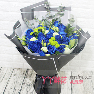 给女朋友送19朵蓝色妖姬配桔梗尤加利叶小绿菊