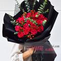 19朵红玫瑰搭配红豆尤加利叶