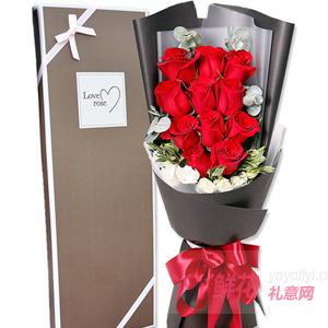 11朵红玫瑰搭配尤加利叶...