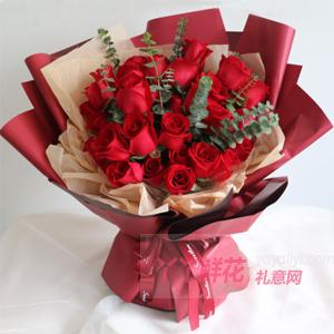 33朵红玫瑰搭配尤加利叶红色包装
