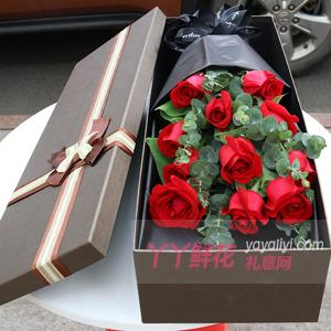 11朵红玫瑰适量尤加利叶...